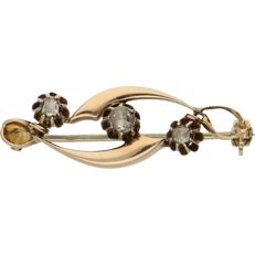 14 kt – antique bi-colour yellow/rose gold brooch set with 3 diamonds – Length x width: