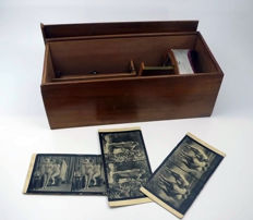 Holmes-Pattern stereoscopic viewer for photographic postcards in original box + 3 erotic postcards of carton as a gift - Ca.1900