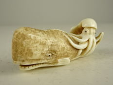 Very delicate netsuke of a sperm whale and an octopus – Japan – late 19th century