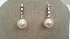 Earrings diamonds, Australian pearls and 18 kt gold. 0.24 ct in total.