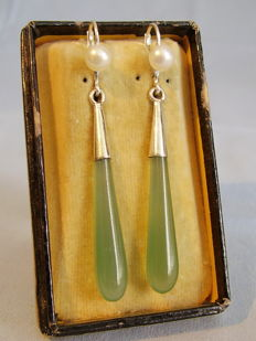 Vintage earrings with jade / nephrite pendeloques and white pearls