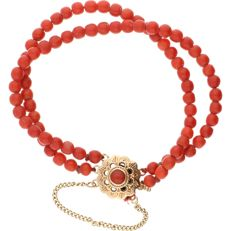 14 kt precious coral bracelet with a yellow gold clasp set with one precious coral – Length: 18 cm.