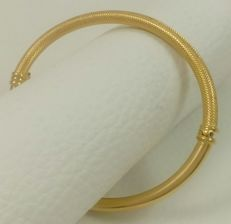 Oval cuff bracelet in shine/matte white and 18 kt (750/1000) yellow gold. Weight: 5.70 g