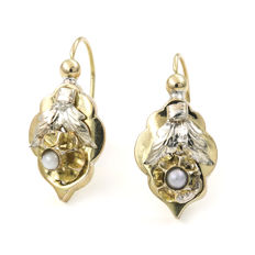 18 kt (750/1000) yellow gold cultured pearl earrings, earring height:.  21.70 mm (approx.).