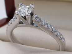 Certified gold Ring with diamonds - 0.73 ct of which 0.335 ct centre stone / VS2-SI1 / **No Reserve**