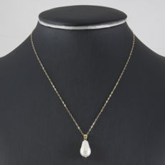 750/1000 (18 kt) yellow gold – Choker with pendant – Baroque Akoya pearl of 8.8 mm in diameter (approx.)