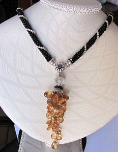Onyx necklace with large bunch of facetted citrine quartzes, 18 kt gold, 37 g, 53 cm in length.