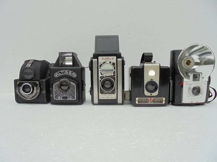 A lot of 5 cameras, various types, an Altissa Box D, an Ensign Ful-Vue, a Kodak Duaflex II, a Kodak Brownie Hawkeye Flash and a Kodak Brownie Starflash Cameras.