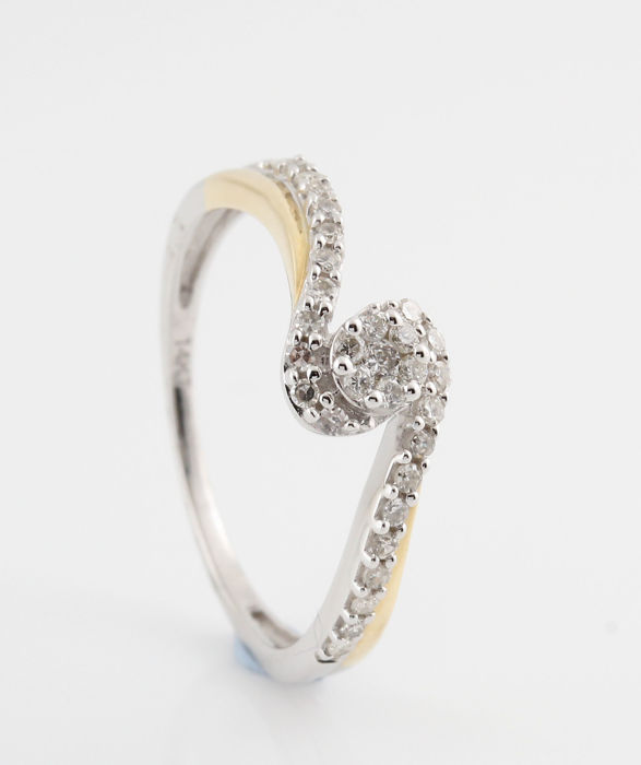 14 kt white and yellow gold diamond ring, in total 0.24 ct in G-H VS1-VS2 diamonds / weight: 1.9 g / ring size: 54 /
