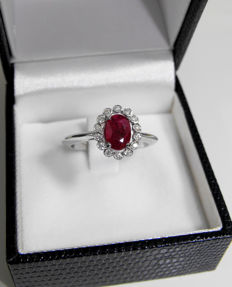 White gold ring (18 kt) with 1.36 ct ruby and 14 diamonds -- 0.14 ct. Colour G. Clarity SI. Ring size: 15.5 (IT).