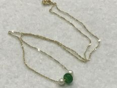 Gold: 18 kt/750 – Gold necklace with emerald and cultured pearls – Length: 45 cm