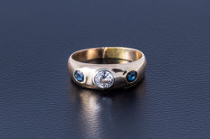 Ring made of 585 yellow gold with a central diamond (brilliant-cut) approx. 0.45 ct and 2 sapphires (brilliant-cut)
