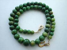 Vintage 1950s - single strand of Genuine green swirl Agate beads Necklace with Gold plated figural clasp