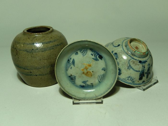 Small lot with three pieces of primitive earthenware - China - Ming period and 19th century