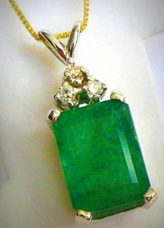 4.70 ct Pendant with gold chain and natural emerald and diamonds -no reserve-