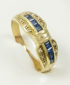 Ring in 18 kt (750/1000) yellow gold with sapphires and zirconias. Weight: 3.90 g
