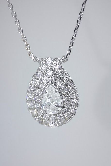 Pendant in a  pear shaped design  and  pear shaped diamonds with    IGI certificate decorated with  36 diamonds -  totaal 1.18 ct