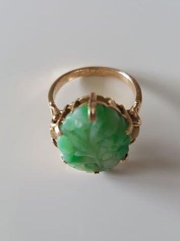 Hand-cut bright green jade ring in 14 kt gold