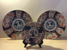 Lot with 3 Imari ceramic dishes - Japan - end 19th century