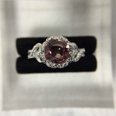 Pink Sapphire, diamond, 18K gold ring. Sapphire weight: 1.49 ct. Diamond weight: 0.14 ct. * no reserve price *