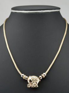 18 kt yellow gold - Necklace with elephant design pendant - Necklace length: 46 cm