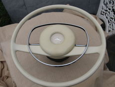 Mercedes - Steering wheel with hub in good condition for pagoda SL and W110 / W115 / W109 - around 1960