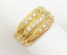 Ring in 750/1000 (18 kt) yellow, rose and white gold. Weight: 4.85 g