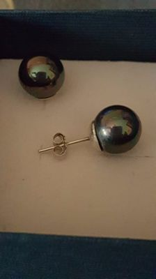 Pair of 18 kt white gold earrings with 8 mm Tahitian pearls.