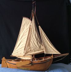 Beautiful decorative Zuiderzee botter model, as wooden flat hull model, sizes: length 110 cm, height to top mast 97 cm + mast top 16 cm, width 35 cm.