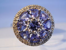 Cocktail ring with 2.5 ct of tanzanites and white topaz entourage, 0.80 ct