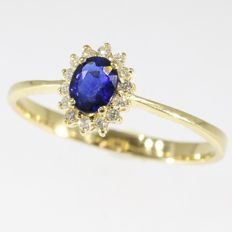 18 krt Gold engagement ring with diamonds and one natural sapphire - anno 1980, Ring size: EU-58 & 18½