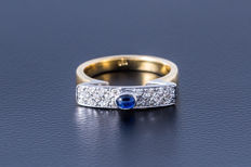 Gold ring made of 750 yellow gold with central sapphire (oval cabochon) flanked by 22 diamonds (brilliant cut) approx. 0.65 ct
