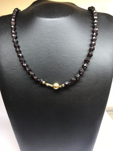 14 kt yellow gold garnet necklace with ball clasp