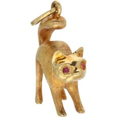 18 kt - yellow gold pendant in the shape of a cat of which the yes are set with 2 rubies - l x w: 2.7 x 1.6 cm.