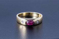 Gold ring made of 585 yellow gold with a ruby (oval cabochon) and 2 diamonds (brilliant cut) approx. 0.15 ct