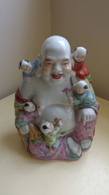 Chinese Famille Rose Porcelain Sitting Buddha with 5 Children - China - second half 20th Century