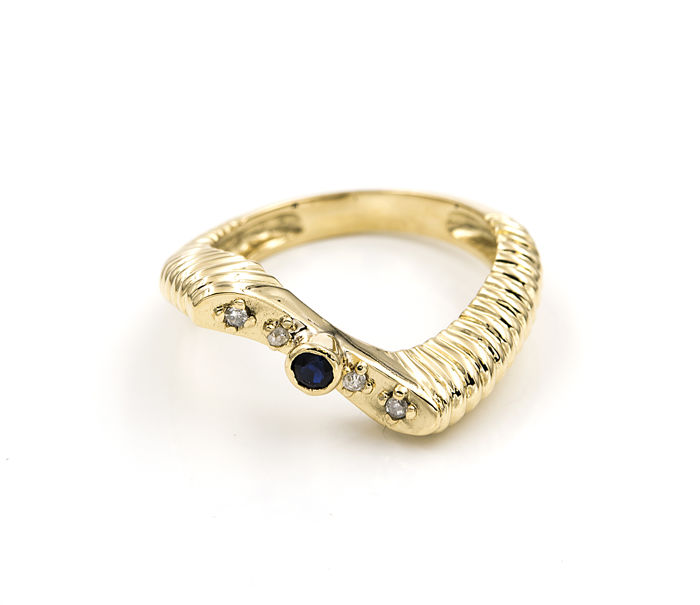 18 kt yellow gold – Cocktail ring with wave design – 0.08 ct of diamonds – 0.1 ct sapphire – Size: 14 (Spain)