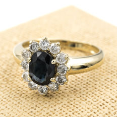 Yellow gold cocktail ring set with 12 brilliant-cut diamonds totalling 0.90 ct and a sapphire of 1.40 ct. Size: 18 (ES).