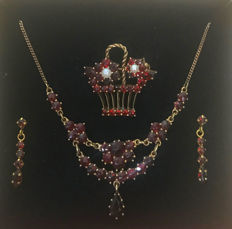 Jewellery set to wear with traditional costumes necklace, earrings, pendant / brooch in flower basket shape with Bohemian garnets and pearls, made of 333 / 8 kt gold