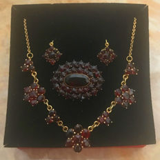 Traditional jewellery set: Necklace, earrings, brooch with bohemian garnets in gold 333 / 8 kt circa 1950