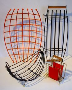 Manufacturer unknown – lot with four industrial wire racks: three fruit racks and a letter rack.