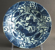 Large bowl showing a bird on a rock and masks – China – Wanli period (1563-1620)