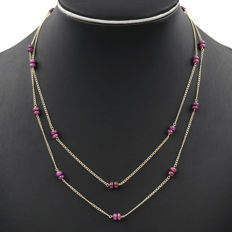Yellow gold, 18 kt - Double chain choker - Cabochon cut rubies totalling 18 ct - Length: 48 cm (approx.)