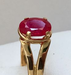 New ring in 18 kt yellow gold with natural oval-cut ruby in the centre.