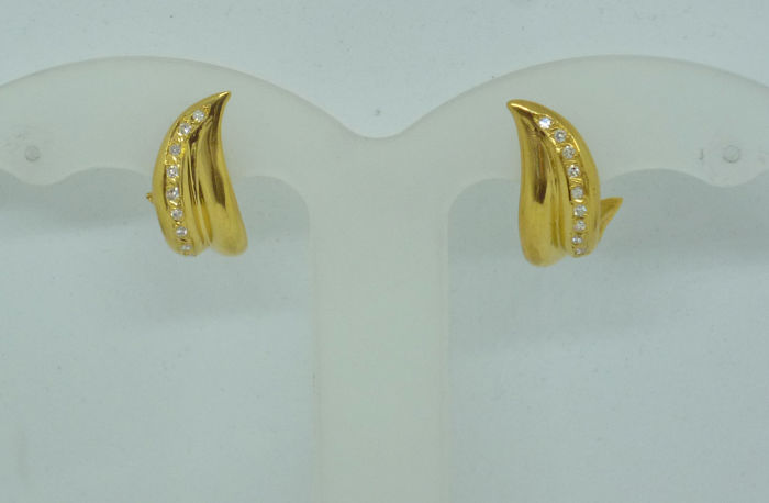 K18 yellow gold Ladies earrings with diamonds 0,19ct