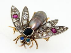 Vintage 18K gold & silver Bee Brooch, with  Diamonds, Blue Sapphire, Amethyst and natural pearl, 1950's