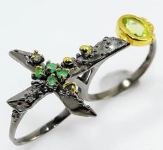 Unique sterling silver two finger cross ring with Peridot,  Emerald and Sapphire