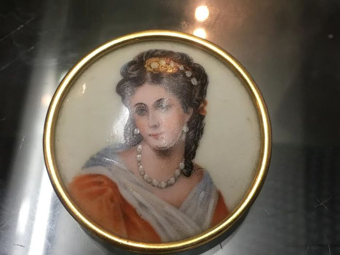 Brooch in yellow gold and ceramic, hand painted. Woman with pearls.