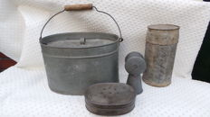Lot with 4 very nice antique zinc fishing bucket and worm box and maggot box and gear box with wooden gear plank 1890-1930, fishing