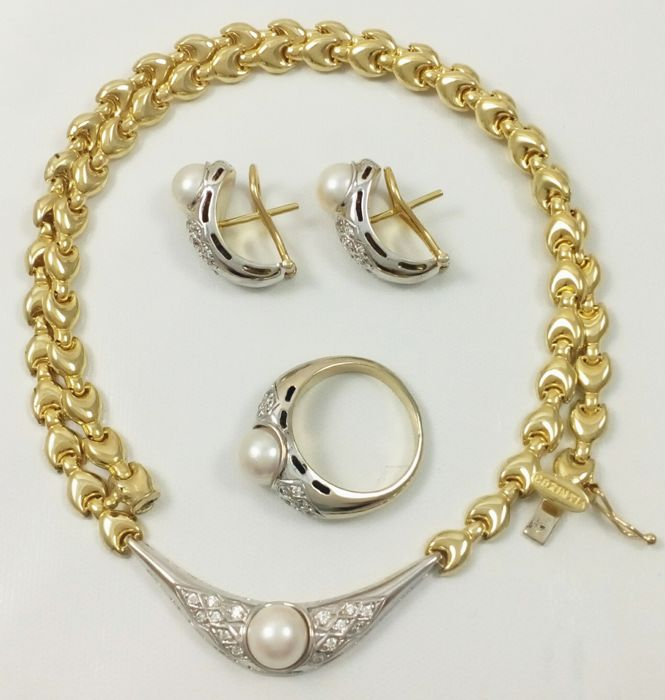 Set composed of choker, earrings and cocktail ring in 18 kt white and yellow gold, with saltwater cultured Akoya pearls. Total weight: 40.35 g